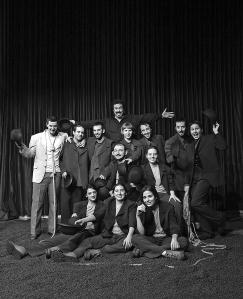 Alumnos de tercer curso de la Escuela de Teatro en el Teatro Principal, represetando la obra El Porvenir está en los Huevos
