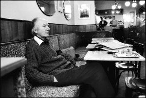 Thomas Bernhard leyendo periódicos
