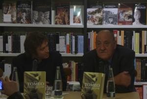 Javier Tomeo con Daniel Gascón (fotografía desde la web de Páginas de Espuma)
