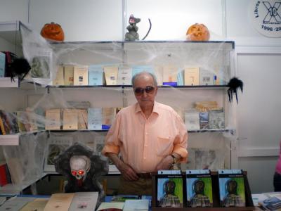 Mariano Esquillor en una caseta de la editorial Libros del Innombrable