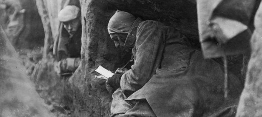 Un soldado escribe en la trinchera en 1914 (Museo Nacional de Holanda)