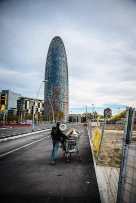 Al lado de un icono de la Barcelona moderna viven y trabajan centenares de inmigrantes sin papeles
