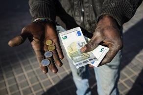 Les pagan a 0,18 € el kilo de hierro, y a 3-4 € el kilo de cobre; las ganancias diarias por la recogida de chatarra suelen rondar los 10-15 € (http://daniplanaslabad.com/documentary/rusty-dreams)