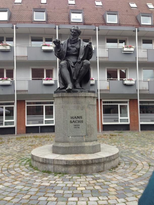 Hans Sachs en la plaza que lleva su nombre en el centro de Núremberg. Tras el monumento se encontraba el taller del zapatero-poeta (c. Manuel Águila, 2015)